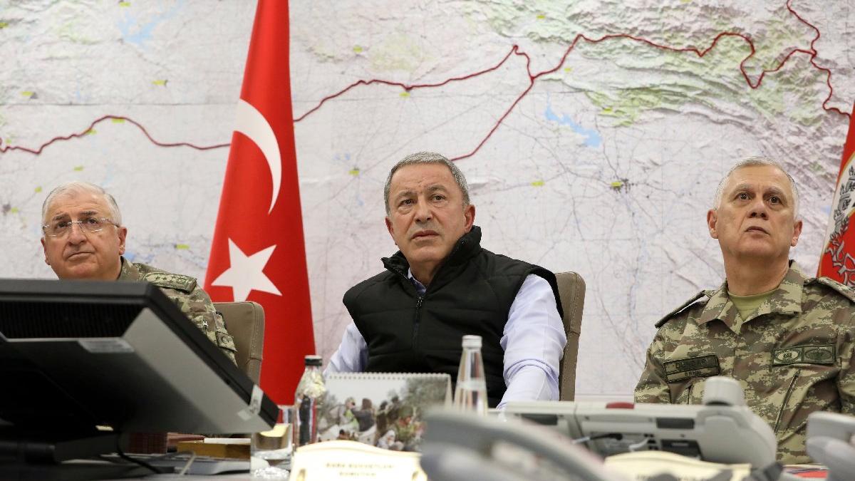 Bakan Akar, harekâtı askerlerle birlikte sevk ve idare ediyor