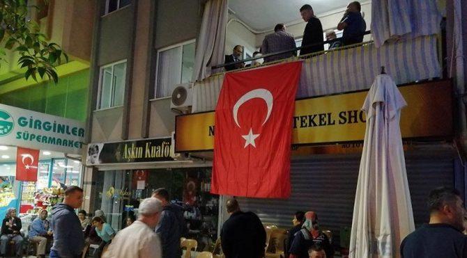 Şehit düşen gelir uzman yardımcısı Cihan Güneş'in evine Türk bayrağı asıldı!