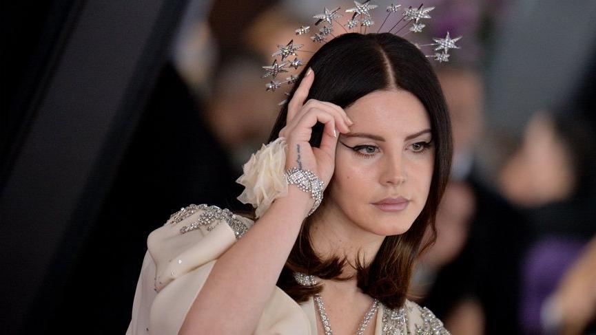 Lana Del Rey sahnede şarkı söylemeyi unuttu