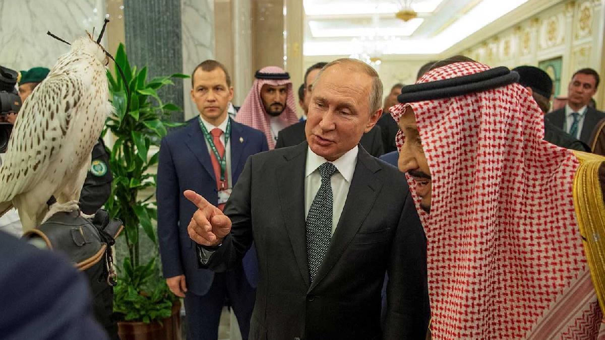 Putin'i mahcup eden anlar... Hediye ortalığı karıştırdı