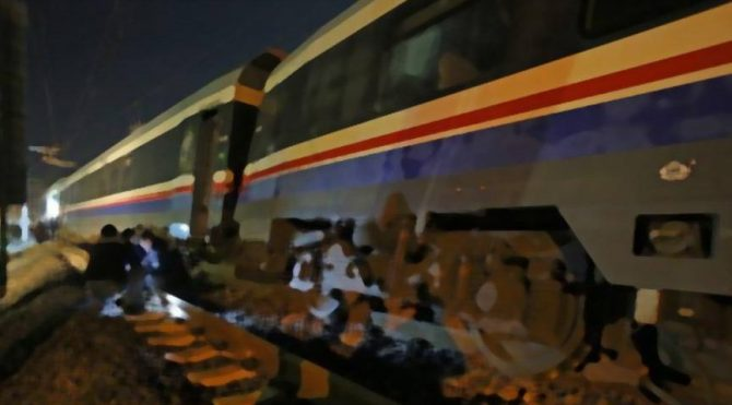 İzmir'de yük treni devrildi!