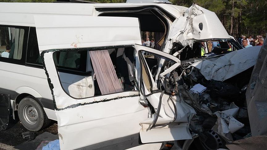 Yabancı işçileri taşıyan servis kaza yaptı: 2 ölü 11 yaralı