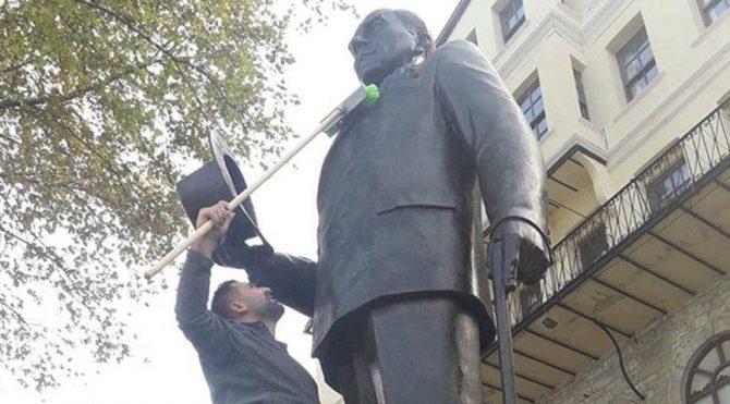 Atatürk heykelini kendi elleriyle temizledi