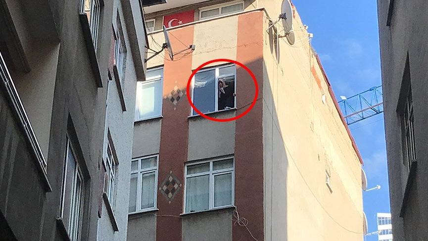Mühürlü binanın camında deprem eylemi yaptı!