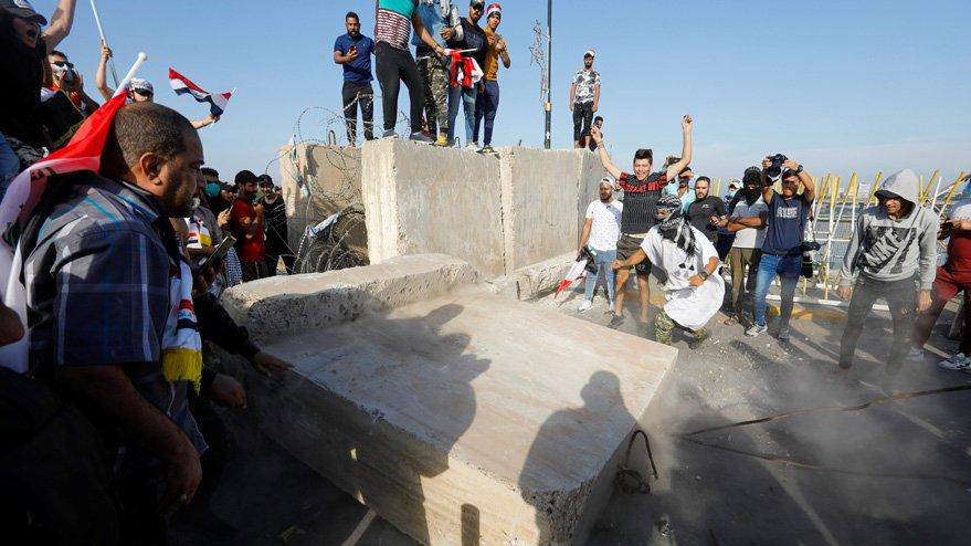 Irak'ta göstericiler hükümet binasına yürüyor