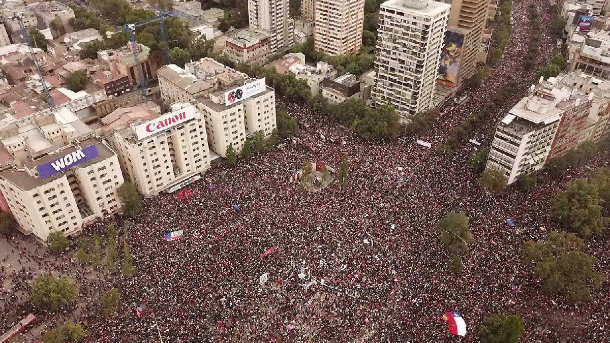Şili tarihinin en büyük gösterileri... 1 milyonu aşkın kişi yürüdü!
