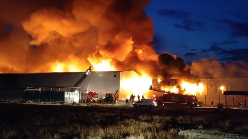 Fabrikada çıkan yangın 12 saatte söndürüldü