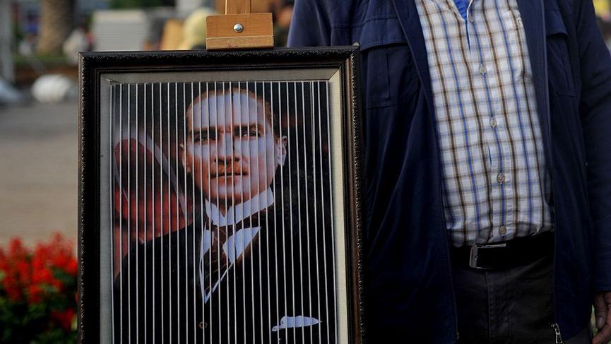 Biriktirdiği Atatürk fotoğrafları ile sergi açtı
