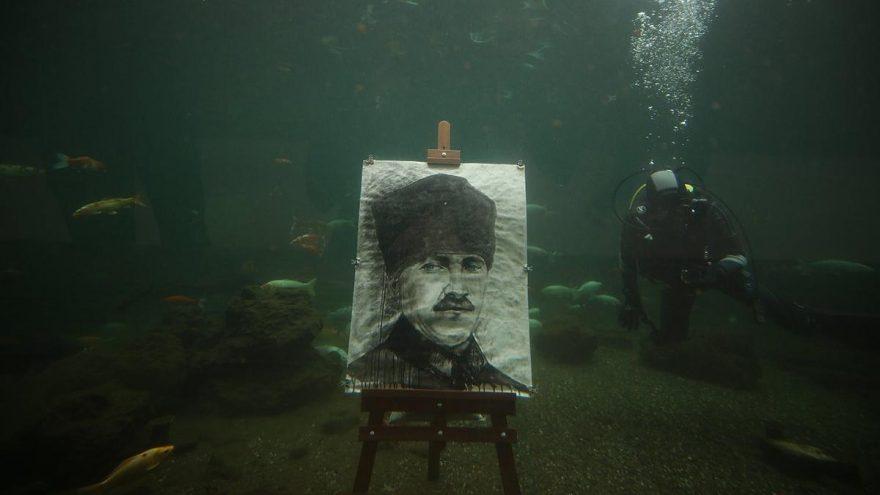 Cumhuriyet'in kadın kahramanları için su altında resim yaptı