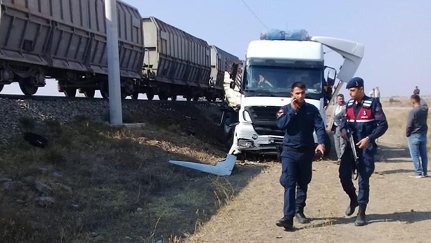 Tren hemzemin geçitte TIR'a çarptı: 1 ölü