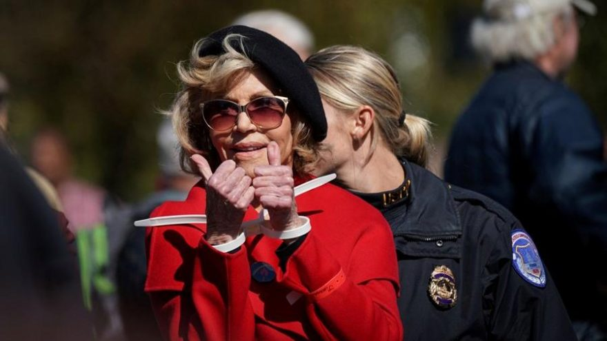 Jane Fonda eyleme katıldığı kırmızı paltosu ile sembol haline geldi
