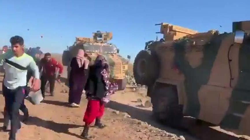 Ortak devriyedeki Türk zırhlı araçlarını taşladılar!