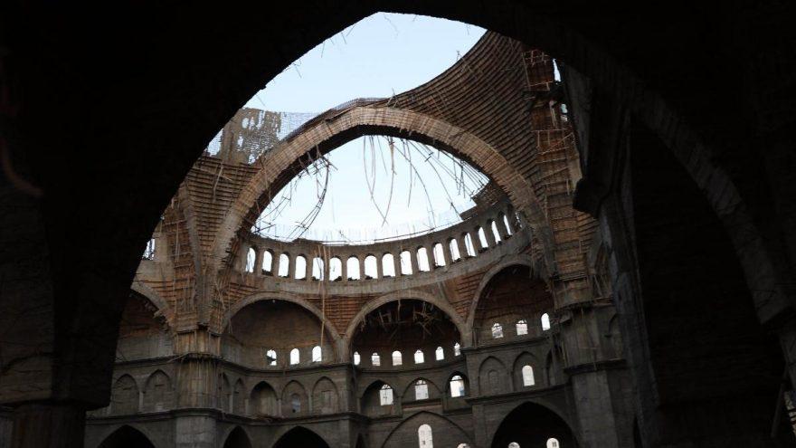Türkiye'nin 2'nci en büyük camisinin inşaatında çökme: Mühendis 16 saattir enkaz altında