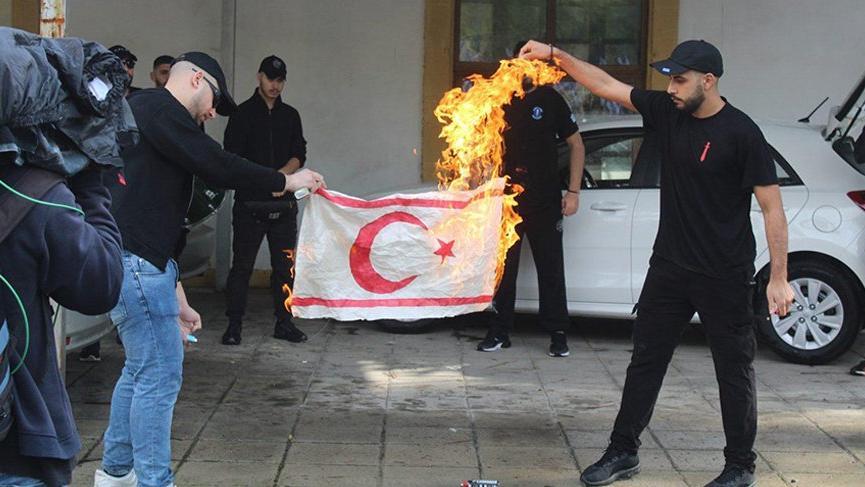 Rumlardan çirkin provokasyon! KKTC bayrağı yaktı
