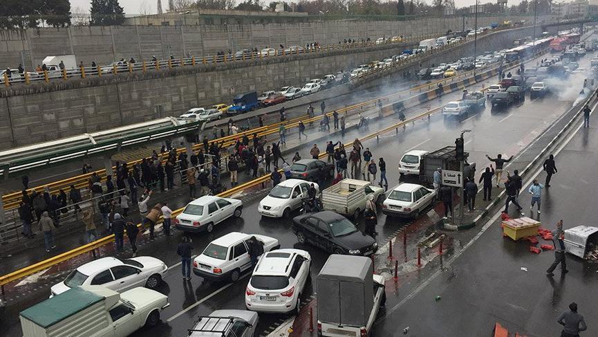 Benzine gelen yüzde 50 zam sokakları karıştırdı! Okullar tatil edildi
