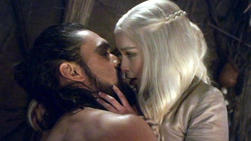 """Emilia Clarke: """"Tuvalete gidip ağlıyordum sonra dönüp sevişme sahnesini çekiyorduk"""""""