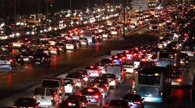 İstanbul'da trafik kilit! İstanbul'da trafik yoğunluğu yüzde 76'ya ulaştı