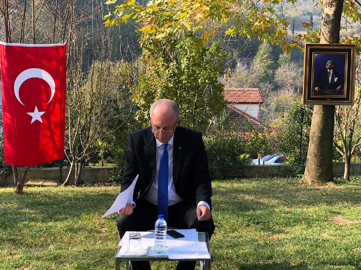 CHP'li Muharrem İnce, tüm Türkiye'nin merakla beklediği basın toplantısı öncesi son notlarını inceliyor.