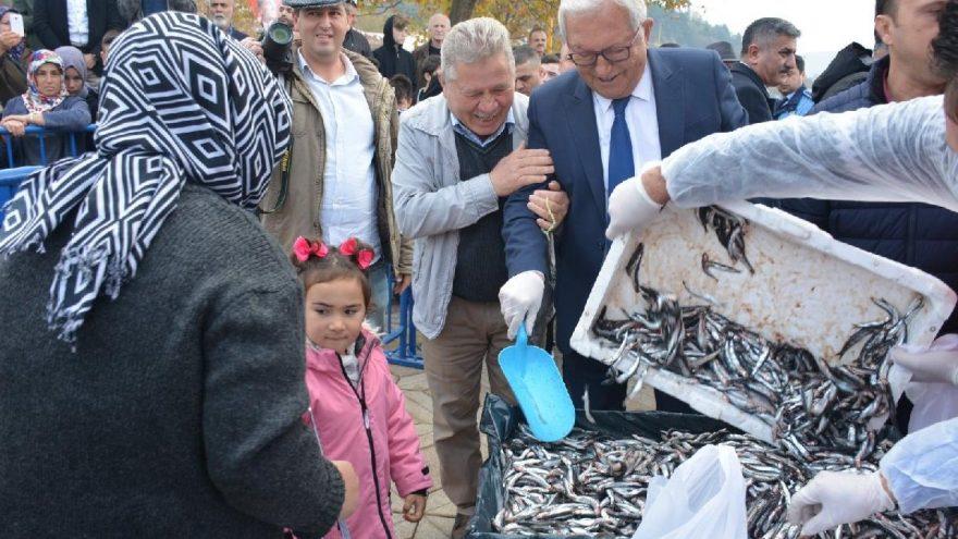 Karadeniz Ereğli'de 10 ton hamsi aynı sofrada