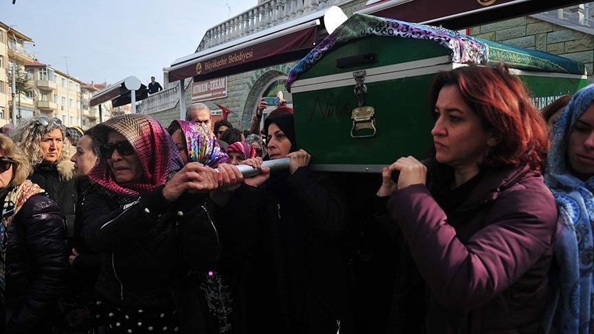 Eski eşinin satırla öldürdüğü Ayşe'nin tabutunu kadınlar taşıdı