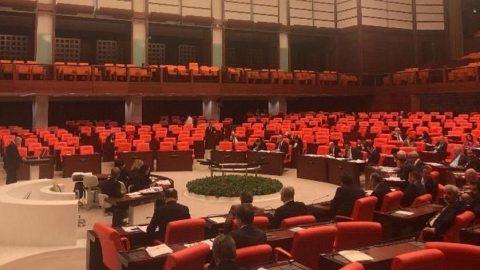 Muhalefetten AKP'lilere tepki: Bahçede gezmeyin Genel Kurul'a gelin