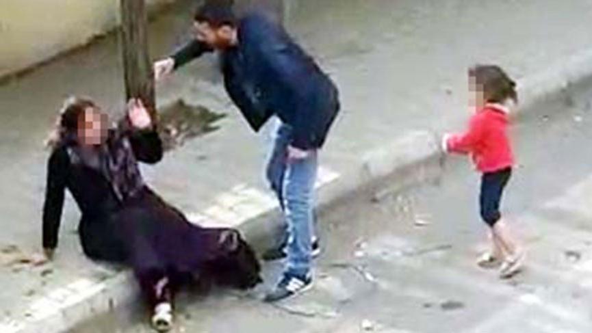Kadına sokak ortasında tekme-tokat dayak!