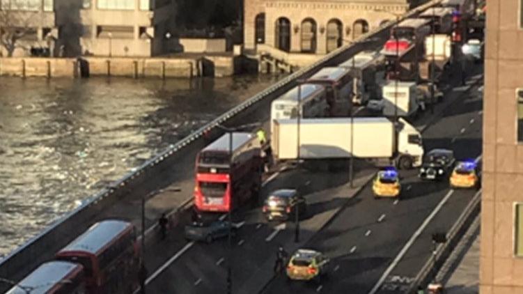 Londra Köprüsü'nde bıçaklı kavga, polis ateş açtı!