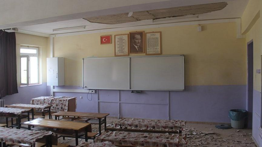 Ders esnasında tavan döküldü! Öğrenciler faciadan şans eseri kurtuldu