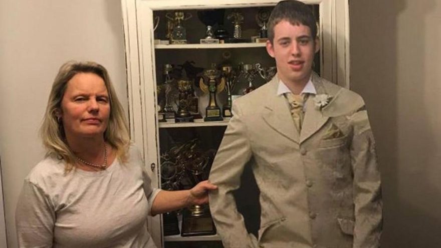 Sosyal medya bu anneyi konuşuyor! Ölen oğlunu yıllardır yanından ayırmıyor