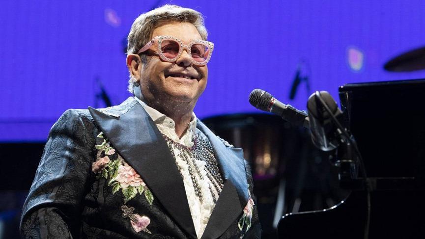 Elton John, sahneye bez bağlayarak çıktığını itiraf etti