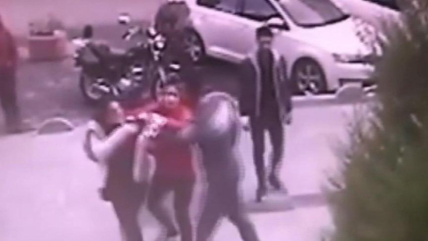 Minibüs şoförünün iki kız kardeşe saldırısı böyle görüntülendi
