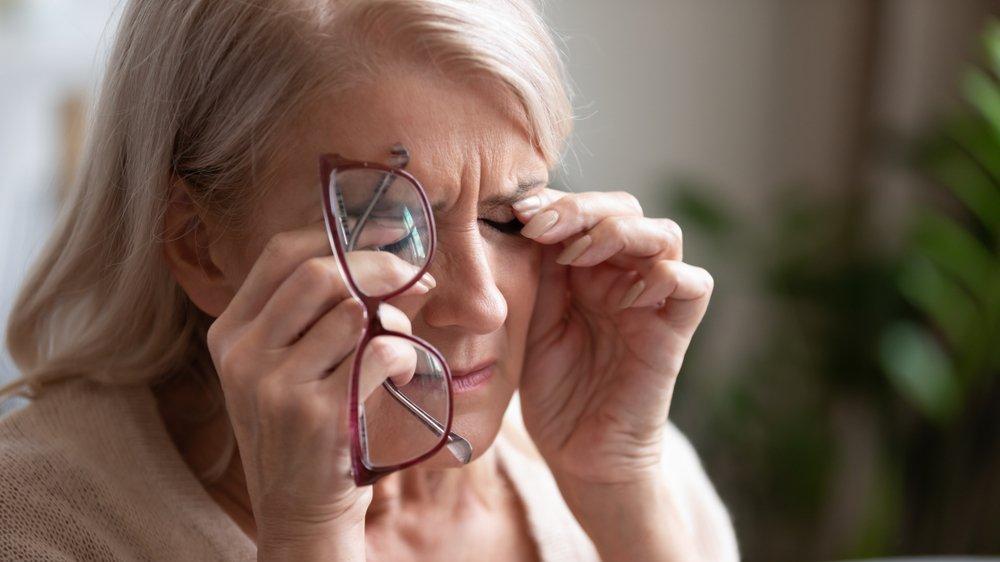 Göz kapağı sarkması neden olur? Göz kapağı sarkması için doğal çözümü var mıdır?