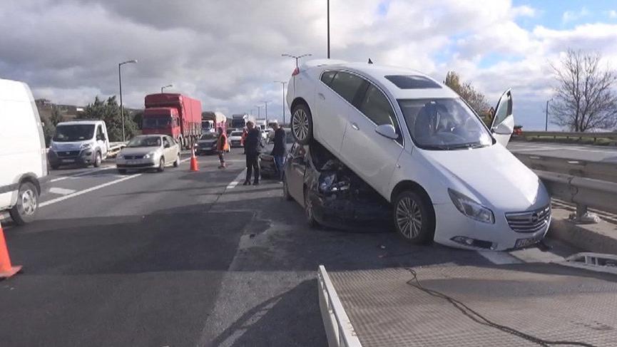 Silivri'de ilginç kaza: Otomobil otomobilin üstüne çıktı