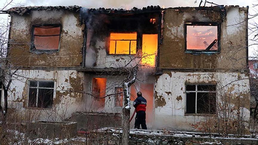 Ekmeleddin İhsanoğlu'na ait kullanılmayan evde yangın!