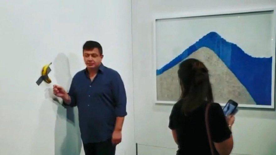 'Aç Sanatçı' 120 bin dolara satılan 'sanat eseri'ndeki muzu yedi