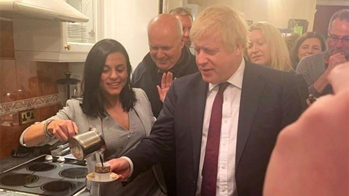 Türk şarkıcı, İngiltere Başbakanı Boris Johnson'a kahve yaptı