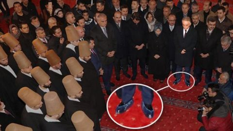 Bakanlar çoraplarıyla vali galoşla türbeye girdi