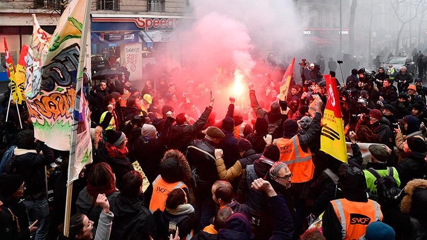 Fransa'da Macron karşıtları yeniden sokaklarda!