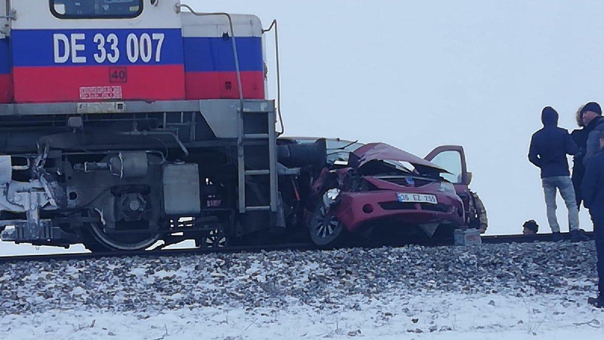 Kars'ta hemzemin geçitte 'sis' kazası: Üç kişi hayatını kaybetti