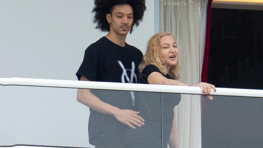 Madonna, kendinden 35 yaş küçük sevgilisiyle görüntülendi