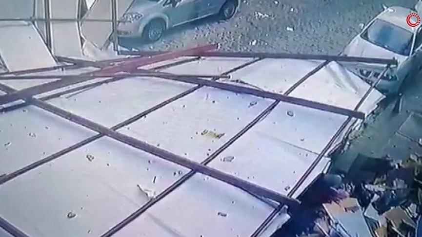İstanbul'da çatı uçtu! Dört araca çarptı!