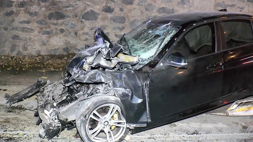 Lüks otomobil hafriyat kamyonuna çarptı: 2 yaralı