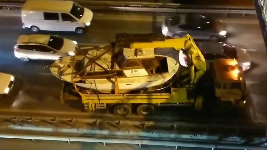 Yok böyle kaza! Tekne, vinç, üst geçit...