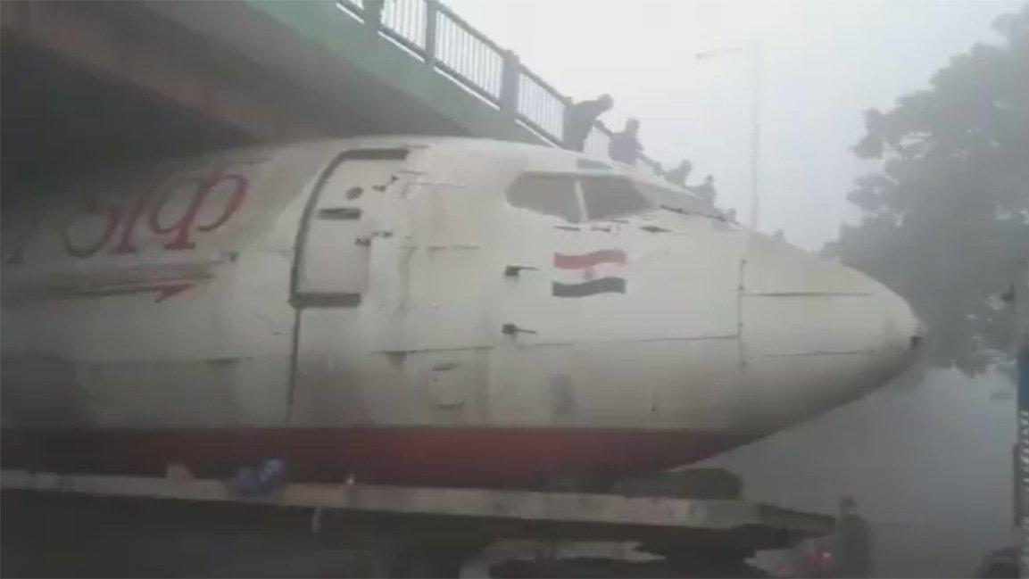 Görenler inanamadı! Uçak köprüye sıkıştı