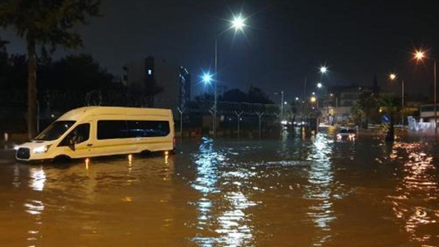 Adana'da eğitime sel engeli!