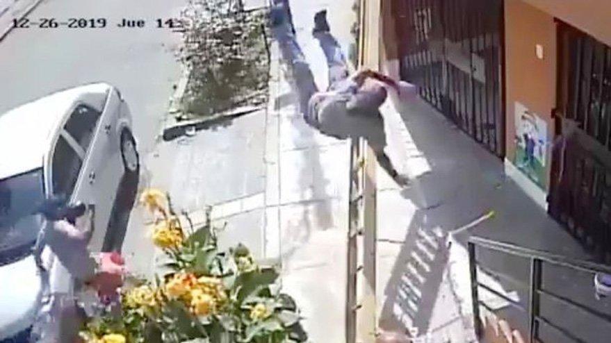 Şaşkına çeviren olay: Boyacının merdivenini ittirdi, ölümden döndü