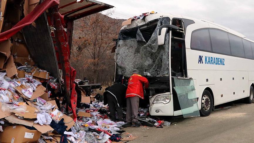 Yolcu otobüsü ile TIR çarpıştı: 1 ölü, 30 yaralı