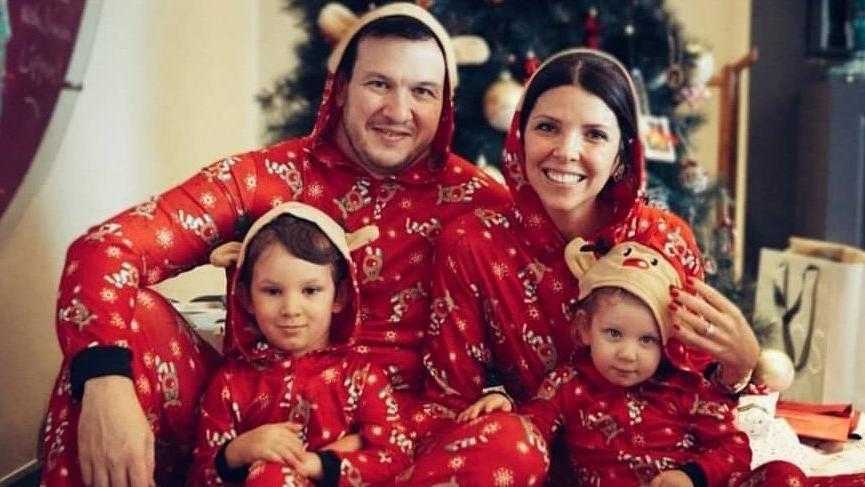 Şahan Gökbakar ve ailesinden yeni yıl pozu