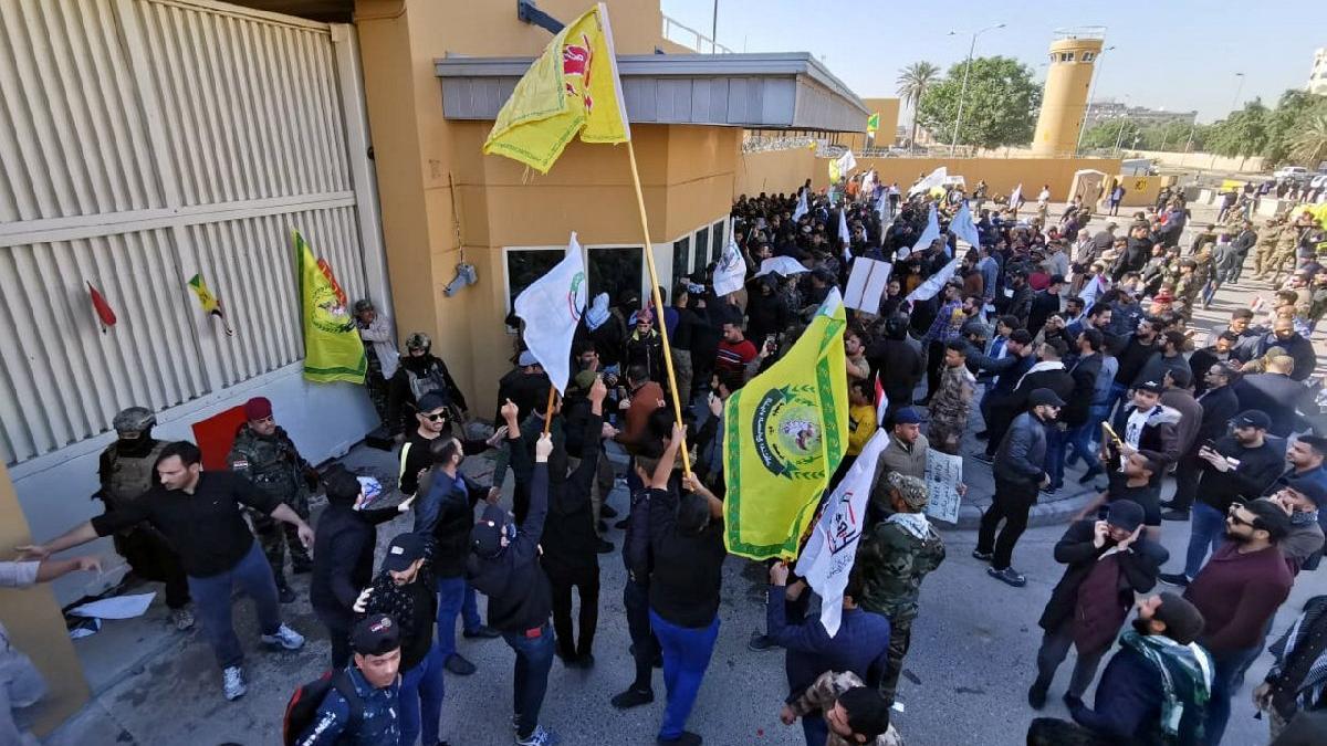 ABD'nin Bağdat Büyükelçiliği önünde gerginlik! Binaya girmeye çalışıyorlar