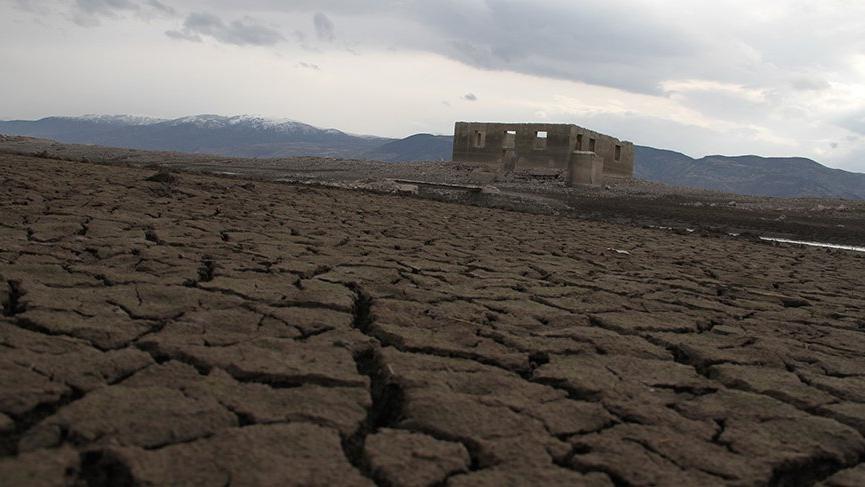 Baraj suları çekildi, tarihi cami ortaya çıktı